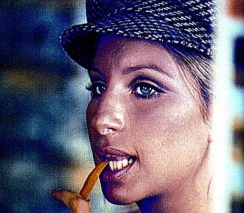 Jennifer aniston homenajea a la streisand de los a os 70 - Estilismo anos 70 ...