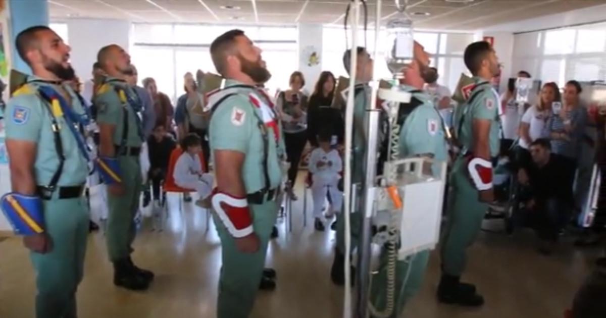 La Legión canta 'El novio de la muerte' ante niños con cáncer