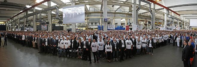 Los trabajadores de Volkswagen escuchan al presidente del comit� de empresa en la ciudad alemana de Wolfsburgo, este martes.