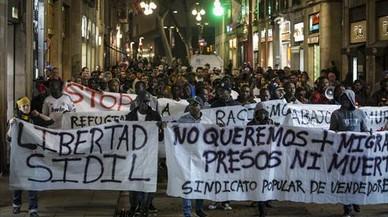 SOS Racisme critica la dureza de la condena a cinco años al mantero que golpeó a un policía