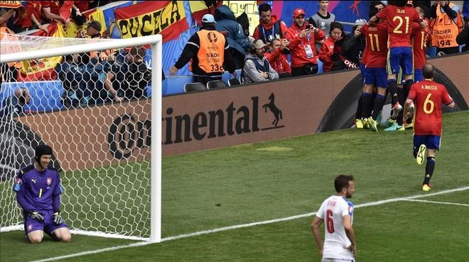 """Cech: """"Iniesta és un dels millors jugadors de la història"""""""