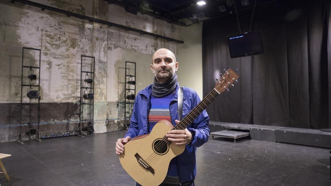 Joan Miquel Oliver interpreta en acústic 'Posidònia'.