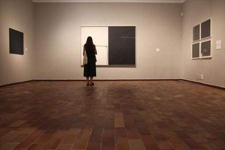 Obra 8Una espectadora frente a uno de los trabajos de Borrell, ayer en la Mir�.