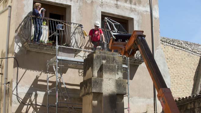 Retirada la creu franquista dedicada als caiguts a Vilalba dels Arcs