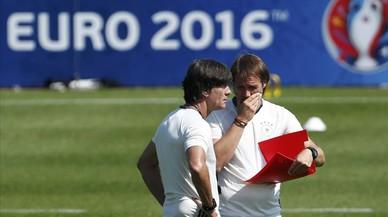 Löw habla con su ayudante Schneider en un entrenamiento de Alemania.
