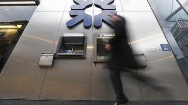 Un transeúnte, ante un cajero del Royal Bank of Scotland en Londres.