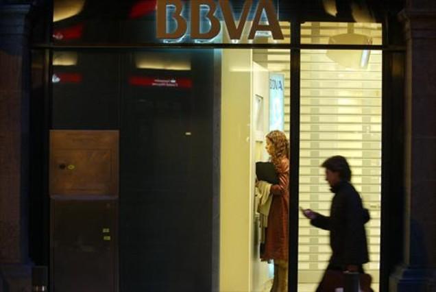 El bbva se suma a caixabank y cobrar dos euros en los cajeros for Bbva oficines barcelona