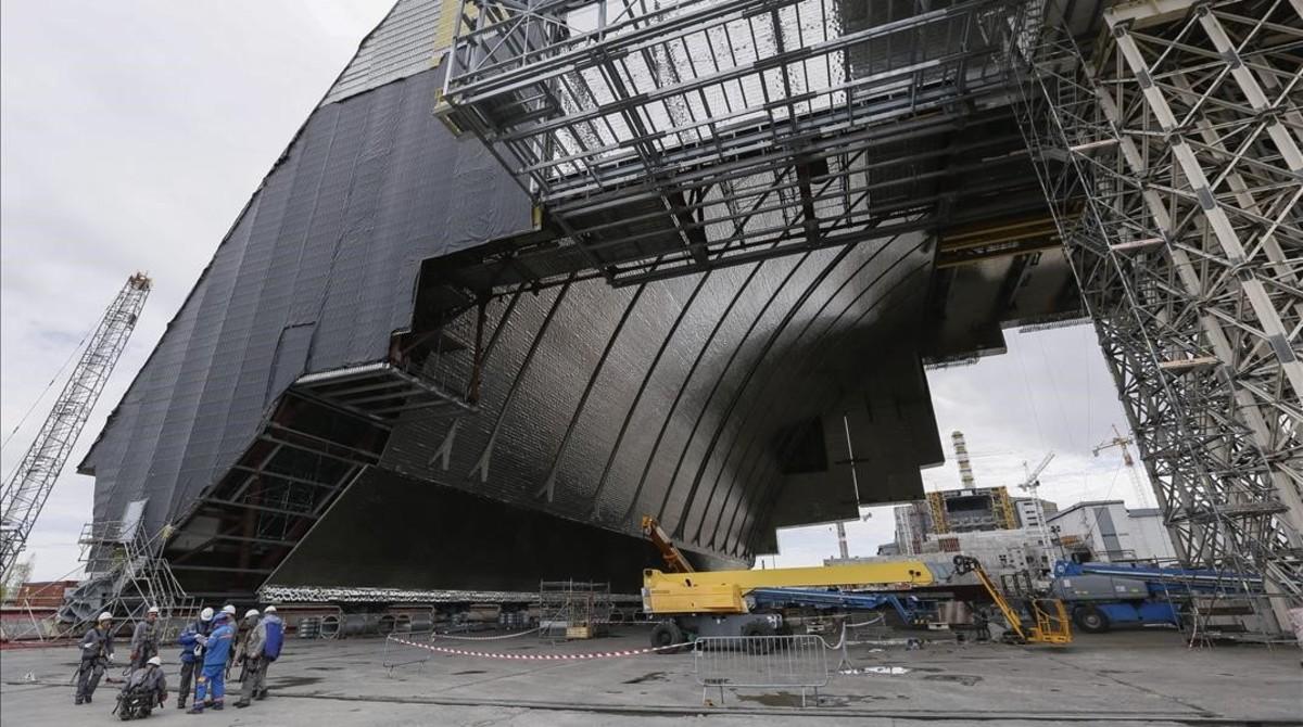 Un nuevo sarcófago sellará durante un siglo el reactor número 4 de Chernóbil