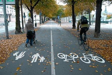 DE IGUAL A IGUAL 3 A la izquierda, una rambla de Estocolmo en la que la pintura, cada 50 metros, marca la barrera entre bici y peatón. A la derecha, una zona avanzada para bicicletas.