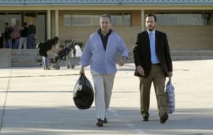 Miguel Blesa sale de la cárcel acompañado de su abogado.