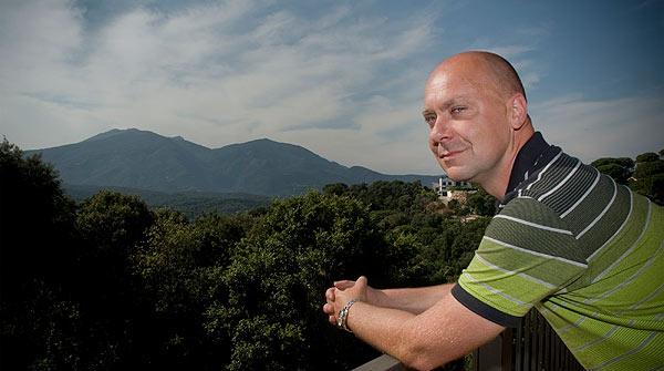 Reinventados. Stefan Dissmer es un informático que dejó su residencia en Barcelona para instalarse en la montaña del Montnegre.