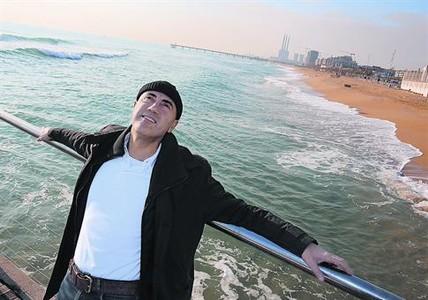 Frente mar�timo 8El jefe de Meteorolog�a de TV-3, Tom�s Molina, en la playa de Badalona.