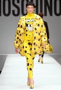 Una modelo luciendo la colección de Moschino, esta semana en Milán.