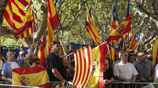 Partidarios y contrarios a la independencia se concentran ante el Parlament