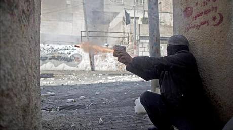 Un palestino lanza un petardo a las fuerzas de seguridad israel�s.