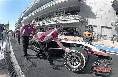 Los mec�nicos de Marussia empujan un monoplaza de la escuder�a en el circuito de Sochi, donde se disput� el PG de Rusia.