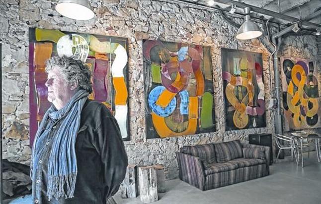 Xefo Guasch, en un rincón de su galería con algunos de los cuadros de Maria Girona que se exponen actualmente.