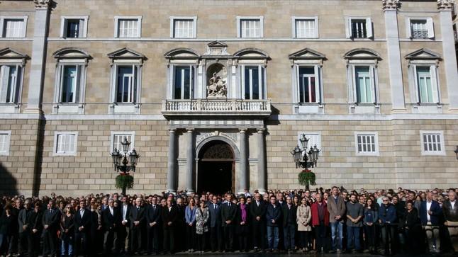 Autoridades y políticos catalanes, en el minuto de silencio, en la plaza de Sant Jaume, esta mañana.