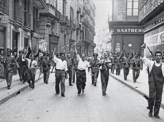 Escena en la calle Ample, el 20 de julio de 1936, en el archivo Pérez de Rozas.