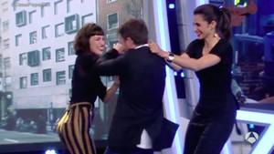 Úrsula Corberó y Alba Flores pringan de tarta a Pablo Motos en El hormiguero