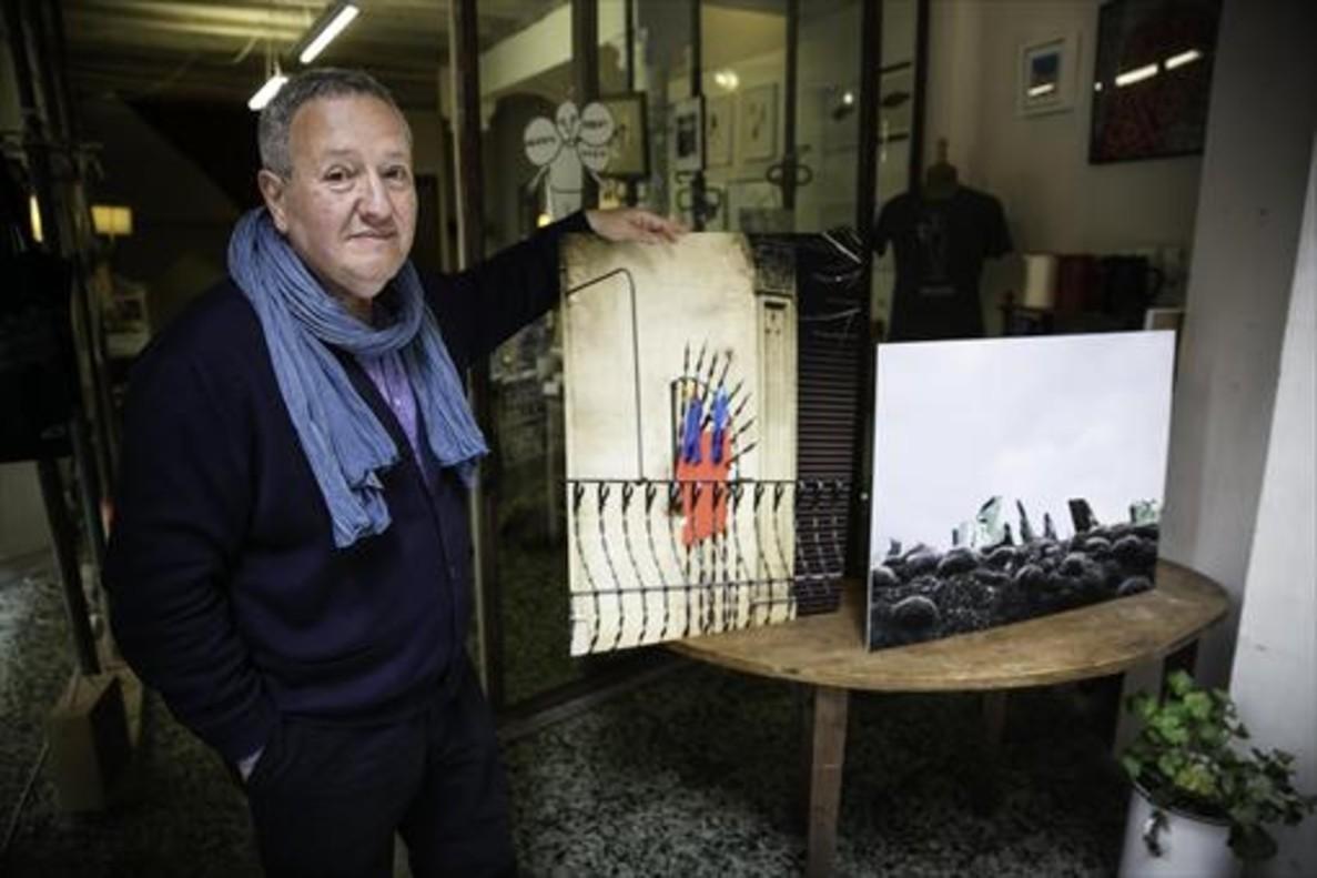 Millán enseña algunas de sus fotos en el local de Las cosas de Martínez, en Gràcia; a la derecha, pinchos en el Eixample.