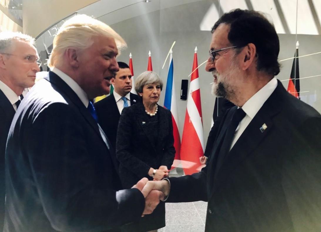 Donald Trump y Mariano Rajoy se saludan al inicio de la cumbre informal de la OTAN, en Bruselas el pasado mayo.