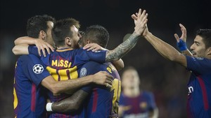 Los jugadores del Barça celebran el gol 100 de Messi en la Champions.