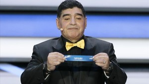 rpaniagua41151727 argentine soccer legend diego maradona holds up the team nam171201201712