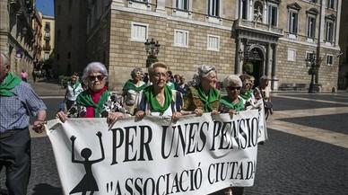 �ltima concentraci�n antes del par�n estival de 'las mujeres de verde' en la plaza de Sant Jaume.