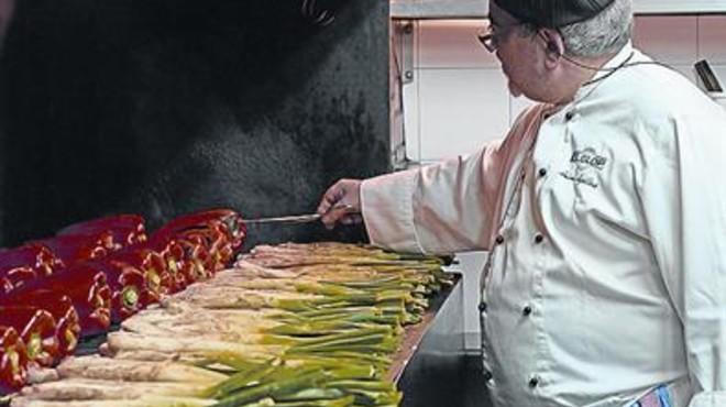 Antoni Aguilera, jefe de cocina de El Glop de Gr�cia, prepara 'cal�ots'.