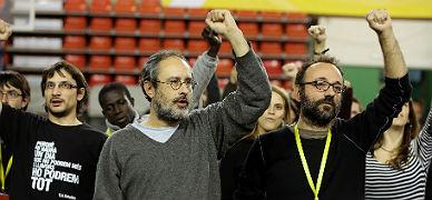 Antonio Ba�os (izquierda) y Benet Salellas, este domingo, durante la asamblea de la CUP en Manresa.