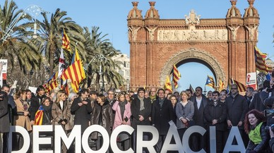 Artur Mas, Joana Ortega i Irene Rigau,a l'Arc del Triomf abansde declararal TSJC.