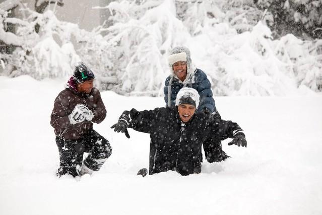 El presidente juega con sus hijas Sasha y Malia, tras una nevada, en el jardín de la Casa Blanca.