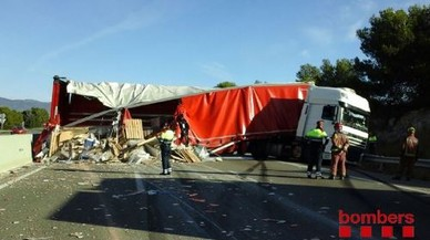 Un camió accidentat col·lapsa l'AP-7 a l'altura de Torredembarra