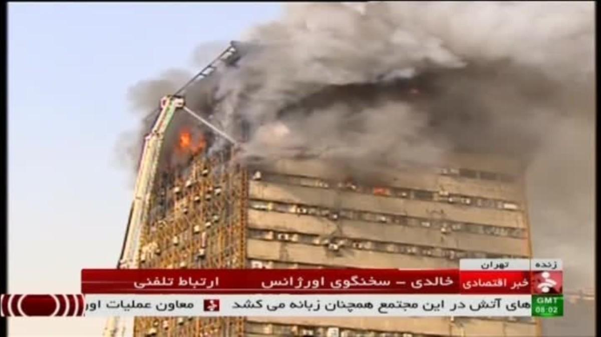Vídeo del derrumbe de un edificio en llamas en Teherán.