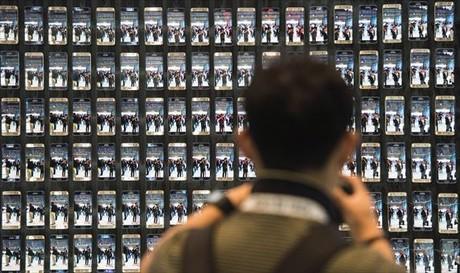 Expectaci�n 8 Un visitante fotograf�a los modelos de Samsung.