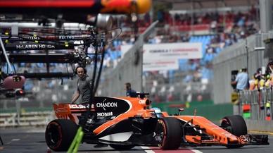 Fernando Alonso sale de boxes con su McLaren durante los entrenamientos libres del GP de Australia.