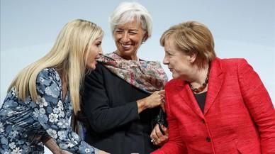 La hija del presidente estadounidense, IvankaTrump, saluda a la canciller alemana, Angela Merkel, en presencia de ladirectora del FMI,Christine Lagarde.