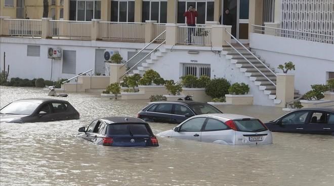 Vehículos atrapados por el agua durante las recientes lluvias en Alicante.