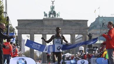 Kenenisa Bekele cruza la meta del Marat�n de Berl�n.