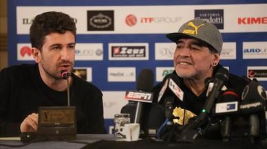 Maradona, junto al actor y director teatral Alessandro Siani, en la rueda de prensa de este domingo.