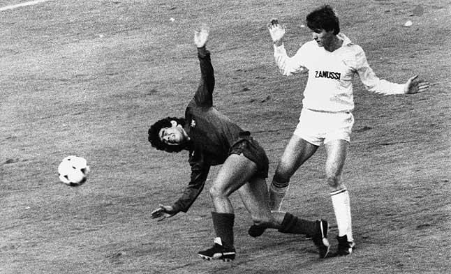Protagonista de excepción. Maradona, presionado por un rival, en el derbi disputado contra el Madrid el 31 de marzo de 1983.