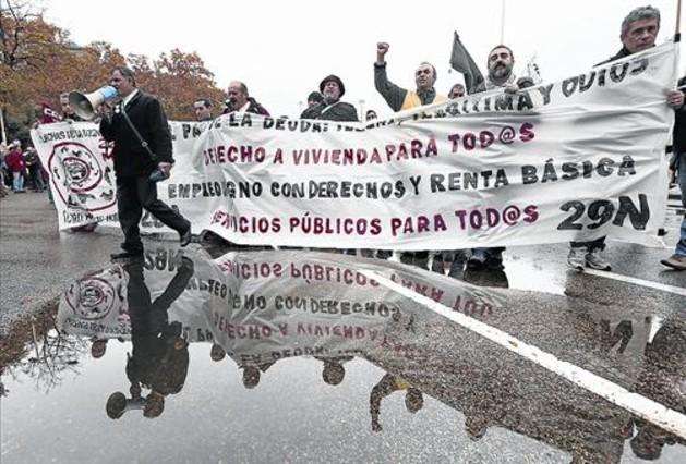 Milers de persones es mobilitzen per exigir «pa, sostre i feina»