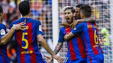 Messi celebra con rabia el penalti transformado que da la victoria al Bar�a en Mestalla.