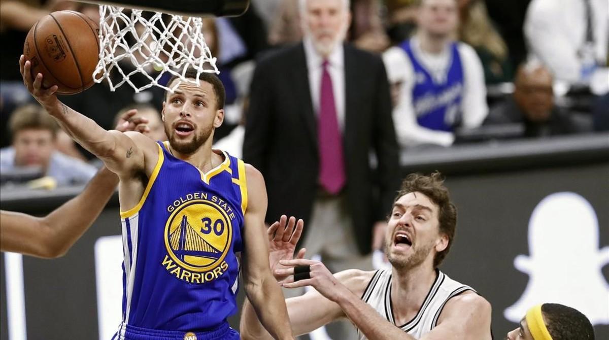 Pau Gasol (San Antonio) y Stephen Curry (Golden State) en la victoria de los Warriors.