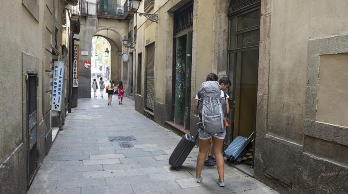Ciutat vella inicia un plan contra la gentrificaci n y el - Pisos turisticos barcelona ...