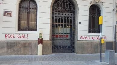Pintades a la seu del PSC de Lleida a favor del referèndum