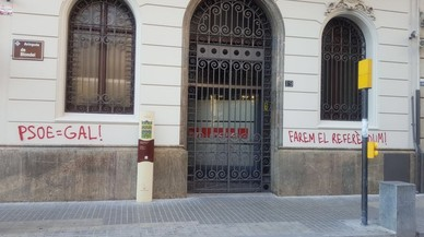 Pintadas en la sede del PSC de Lleida a favor del referéndum