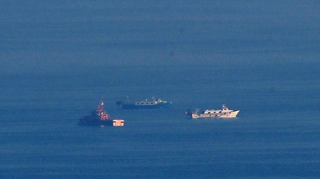 Salvament Marítim busca els desapareguts després del naufragi d'un vaixell de pescadors a Barcelona.