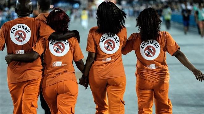 """Trabajadores de limpieza lucen en la espalda """"fuera zika"""" durante los carnavales de R�o."""